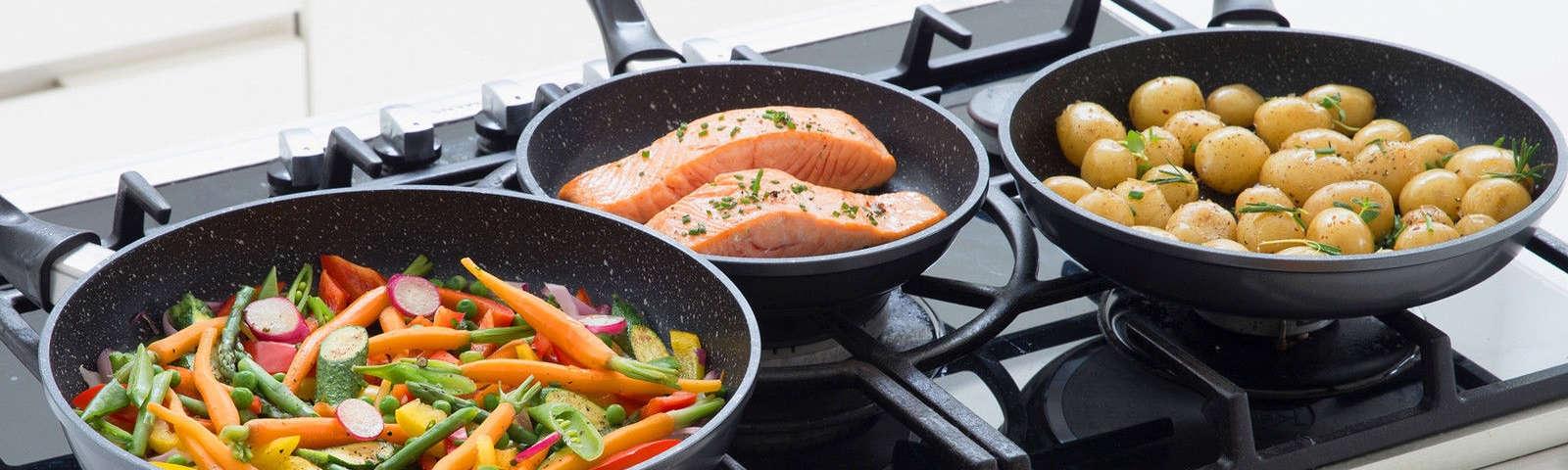 сковородки на плите фото